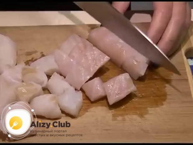 Для приготовления пирога со свежей рыбой, подготовьте все ингредиенты.