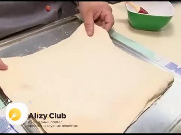 Для приготовления пирога со свежей рыбой, рассекайте тесто.