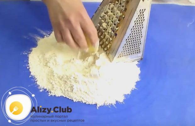 На терке натираем прямо в муку масло или маргарин.