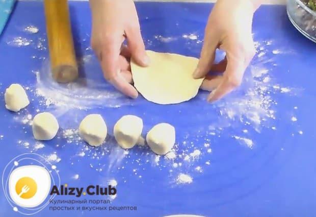 Каждый кусочек тесто раскатываем в лепешку.