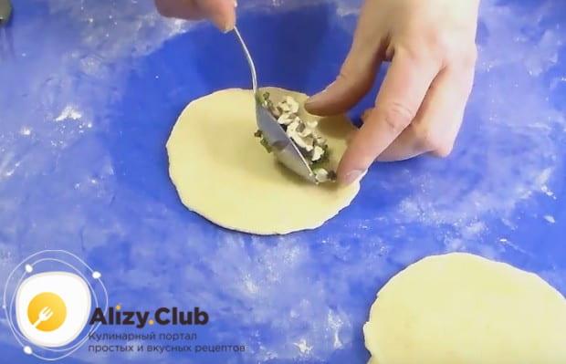 На одну половину лепешки выкладываем начинку для пирожков с грибами.