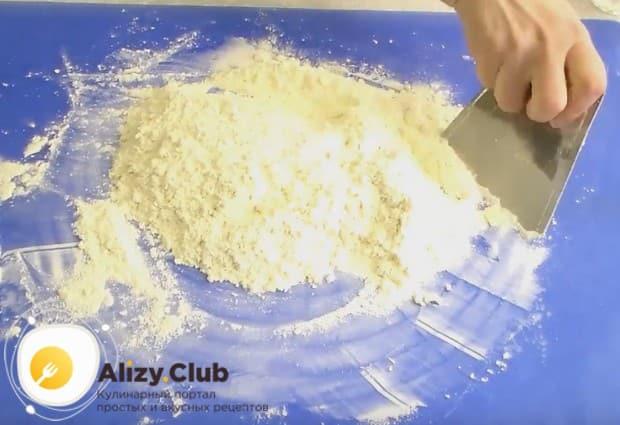 Руками или скребком перетираем масло с мукой в крошку.