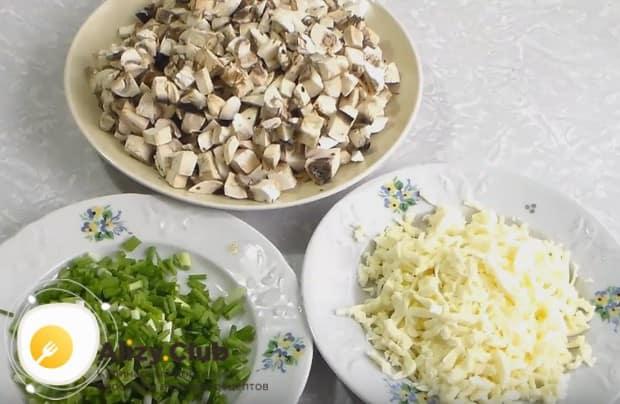 Измельчаем свежий зеленый лук и на терке натираем брынзу.
