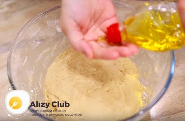 смазываем тесто растительным маслом