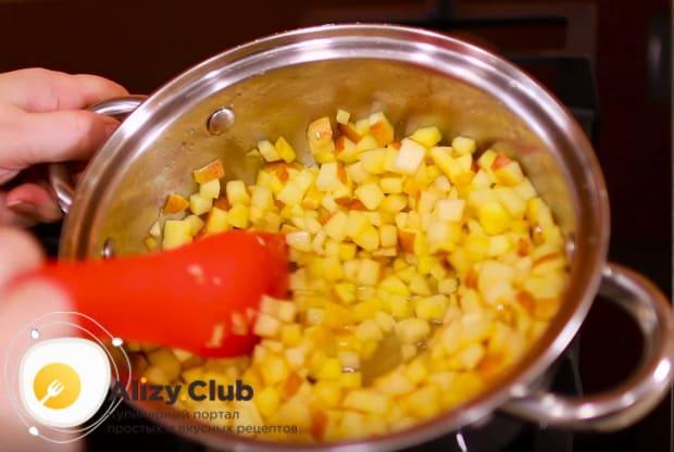 обжариваем начинку для пирожков из яблок