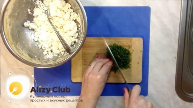 Для приготовления пирожков из лаваша, нарежьте зелень.