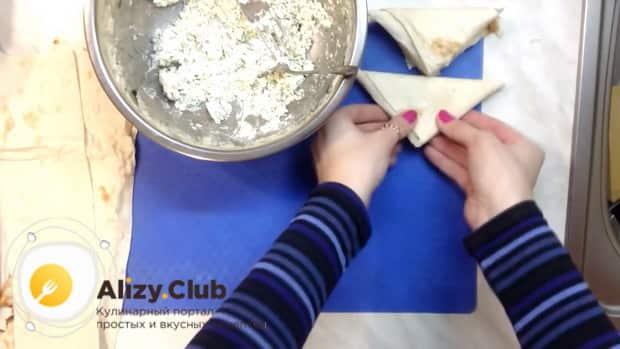 Для приготовления пирожков из лаваша, заверните изделие.