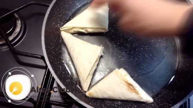 Для приготовления пирожков из лаваша, обжарьте пирожки.