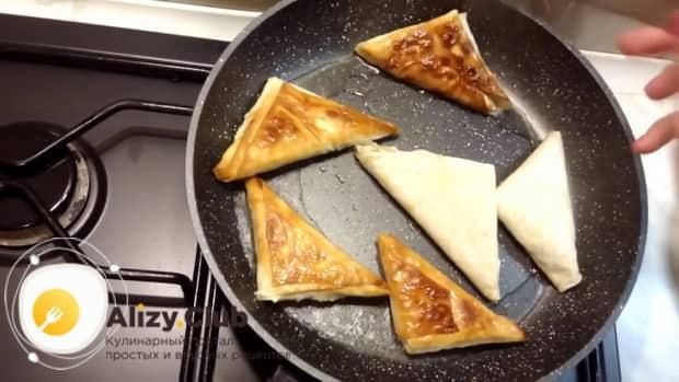 Для приготовления пирожков из лаваша, обжарьте пирожки до румяной корочки.