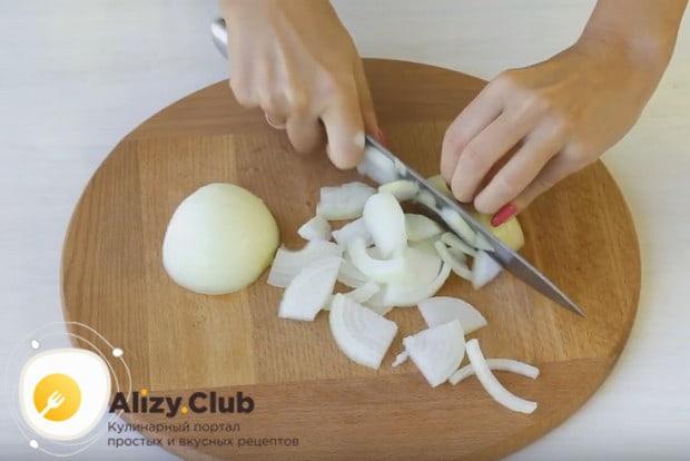 Нашинковав мелко капусту, тонкими полукольцами режем лук.