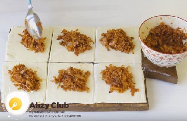 Раскатав тесто и разрезав его на квадратики, выкладываем на каждый из них начинку.