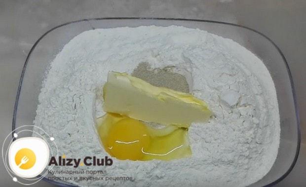 Тесто для пирожков с картошкой приготовим дрожжевое.