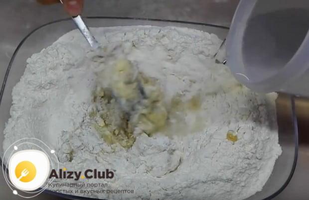 Соединив муку, дрожжи, яйцо, сахар, масло и соль, добавляем к ним воду.