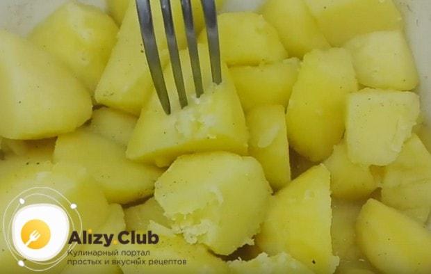Печеные пирожки с картошкой будут вкусными, если для начинки отварить картофель и сделать из него пюре.
