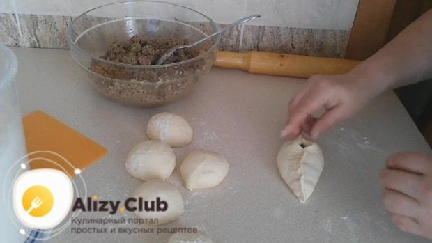 Из каждого шарика руками или при помощи скалки формируем лепешку