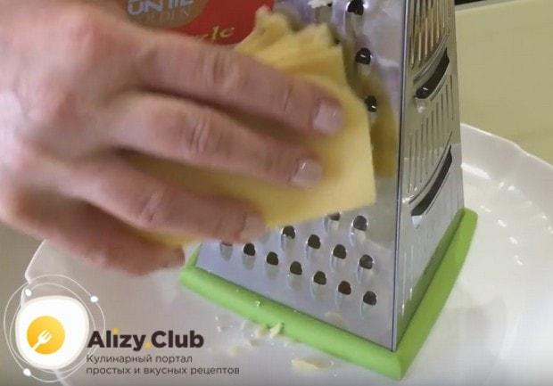 Твердый сыр натираем на крупной терке.