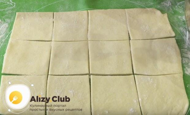 Разрезаем тесто на квадраты.