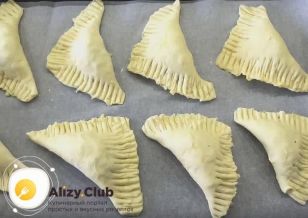 Мы буде печь изделия в духовке, но эти пирожки из слоеного теста вполне успешно можно жарить и на сковороде.