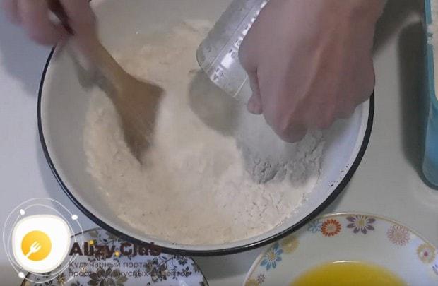 Распустив в теплом молоке дрожжи, вводим к ним муку.