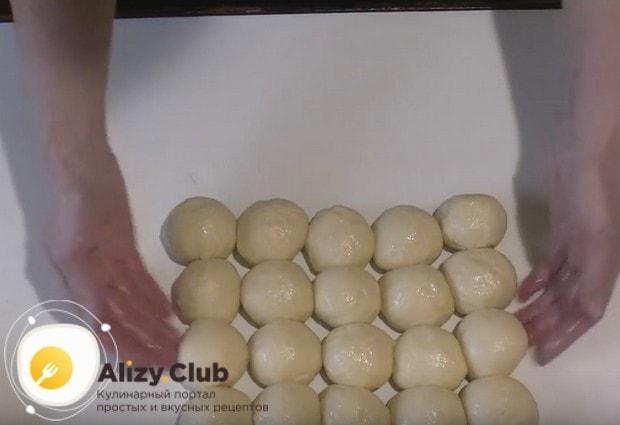 Из теста формируем шарики.