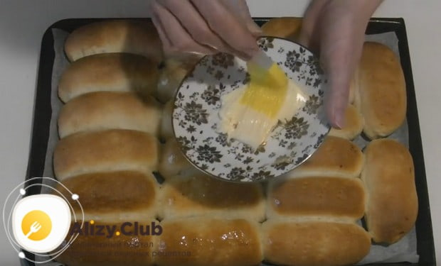 После выпекания в духовки пирожки с печенью можно смазать сливочным маслом.
