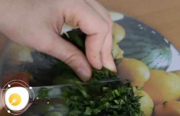 Измельчаем ножом свежую зелень.
