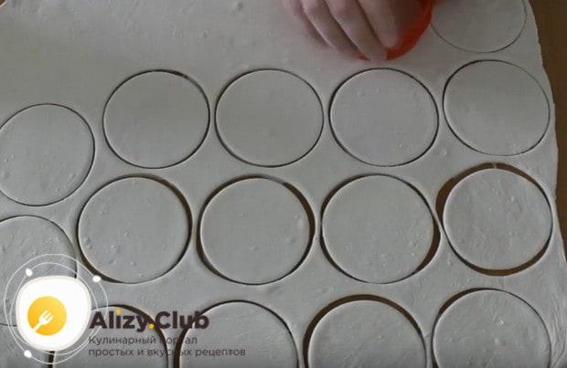 Стаканом или круглой формой вырезаем из теста кружочки.