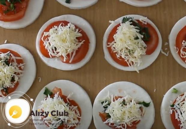 Сверху на каждый помидор кладем еще сыр.