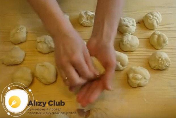 Разделяем тесто на порционные кусочки.