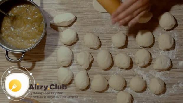 Для приготовления пирожков из ревеня подготовьте все ингредиенты.