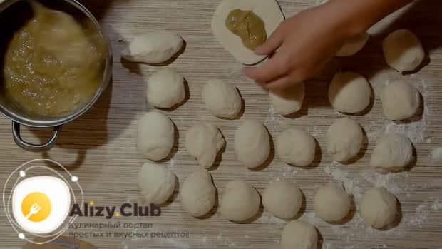 Положите начинку на тесто для приготовления пирожков из ревеня.