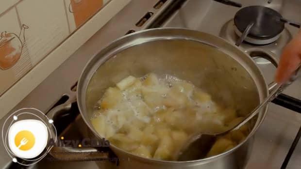 Приготовьте начинку из ревеня для приготовления пирожков.