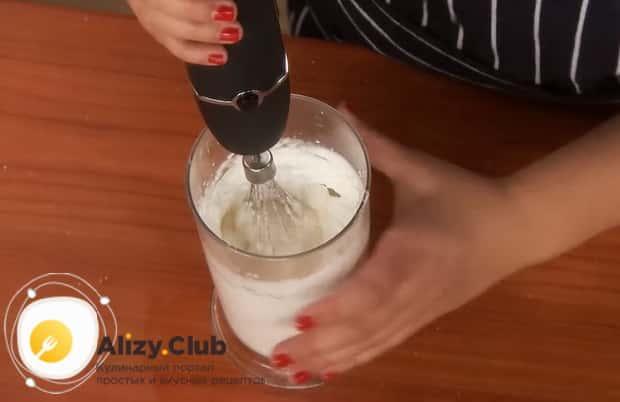 Приготовьте меренгу для приготовления пирожков из ревеня.