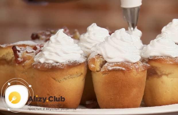 Украсьте пирожки из ревеня меренгой.