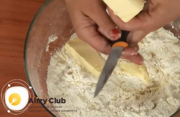 Добавьте масло в тесто, для приготовления пирожков из ревеня.