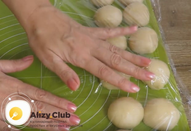 Из каждого кусочка теста делаем шарик и накрывем их пищевой пленкой.