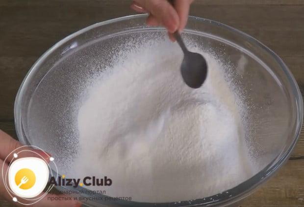 Для начала просеиваем муку и смешиваем ее с солью.