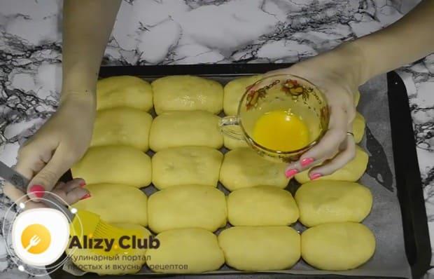 Перед отправкой в духовку для образования румяной корочки смазываем пирожки взбитым желтком.