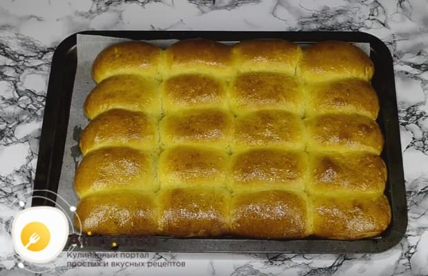 Такие дрожжевые пирожки с вишней в духовке будут печься всего 25 минут.