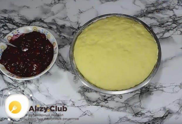 Тесто поднялось, и мы можем начинать формировать наши вишневые пирожки.