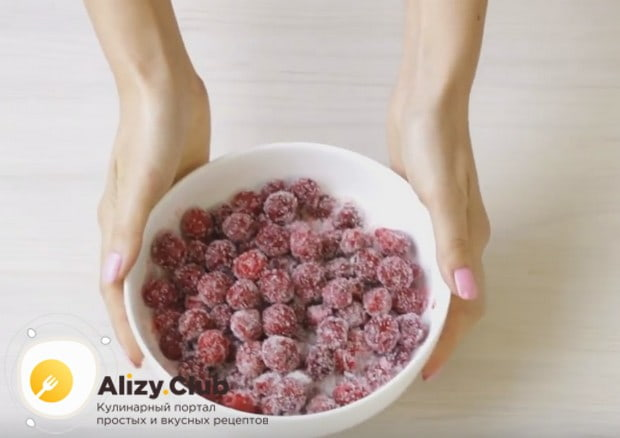 Посыпаем ягоды сахаром, чтобы они пустили сок.