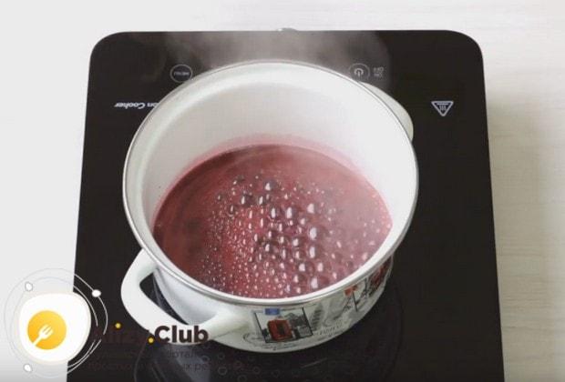 Оставшийся сок можно проварить с сахаром и крахмалом и приготовить соус для подачи пирожков.