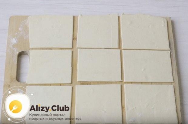 Разрезаем тесто на квадратики.