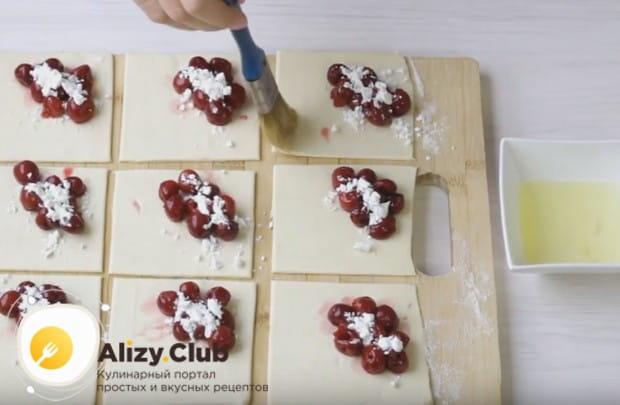 Края теста смазываем белком, который предотвратит вытекание сока из пирожков.