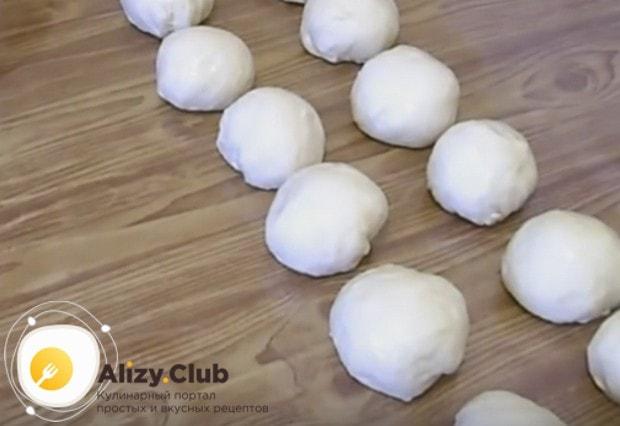 Тесто разделяем на небольшие шарики.
