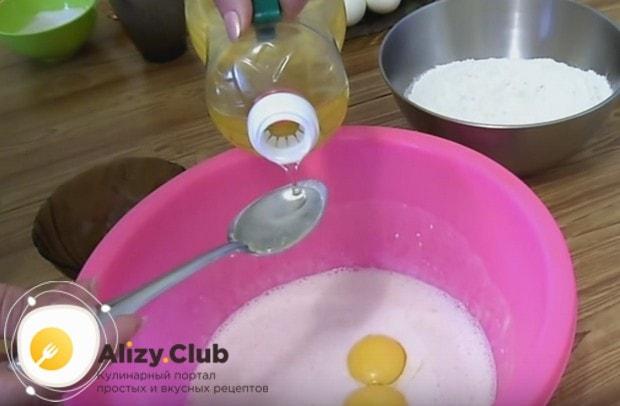 Добавляем в массу два желтка и растительное масло.