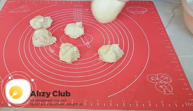 Перед тем как сделать пирожки с луком и яйцом, тесто поделите на части.
