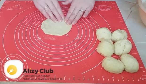 Перед тем как сделать пирожки с луком и яйцом раскатайте лепешку из теста.