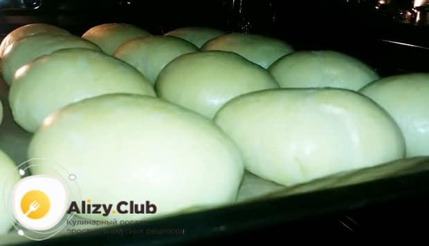 Выпекайте печеные пирожки с луком и яйцом при температуре 180 градусах.