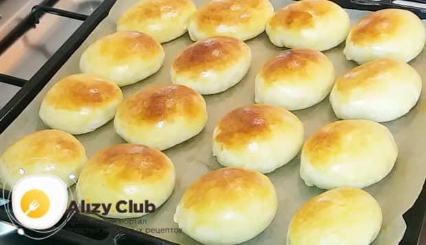 Вкусные пирожки с яйцом и луком готовы.
